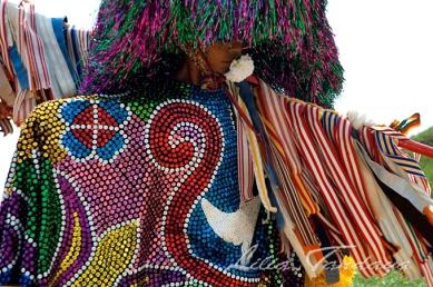 Caboclo de Lança do Maracatu Rural ou do Baque Solto na região canavieira da zona da mata, a caminho do Engenho Cumbe para o encontro do Maracatu Cambinda Brasileira, que completa 90 anos de brincadeira. Nazaré da Mata - Pernambuco - Brasil Foto: Lilia Tandaya/Profotos