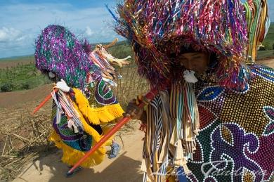 Caboclos de Lança do Maracatu Rural, ou do Baque Solto, na região canavieira da zona da mata a caminho do Engenho Cumbe para o encontro do Maracatu Cambinda Brasileira, que completou 90 anos de brincadeira. Nazaré da Mata - Pernambuco - Brasil ©Foto: Lilia Tandaya/Profotos